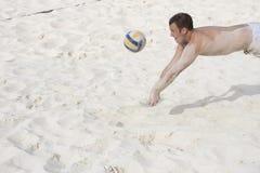 Jogando o voleibol da praia Imagens de Stock