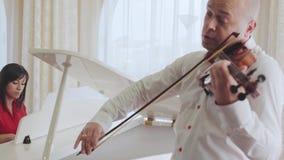 Jogando a orquestra sinfônica da música clássica vídeos de arquivo