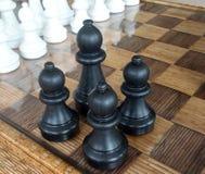 Jogando partes de xadrez de madeira Xadrez fotografada em um tabuleiro de xadrez Imagem de Stock