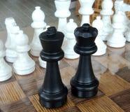 Jogando partes de xadrez de madeira Xadrez fotografada em um tabuleiro de xadrez Fotografia de Stock Royalty Free