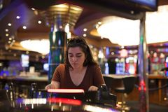 Jogando slots machines foto de stock