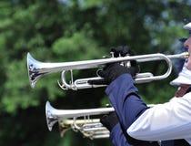 Jogando a trombeta de marcha na parada foto de stock royalty free