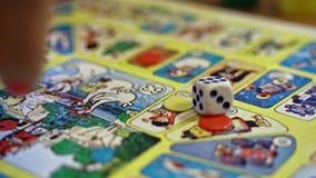 Jogando um dado no jogo de mesa das crianças chamou The Game do ganso filme