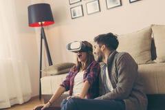 Jogando um jogo da realidade virtual Fotografia de Stock Royalty Free