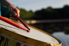 Jogando um repinique do instrumento musical imagens de stock royalty free