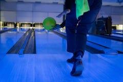 Jogando uma bola Fotografia de Stock Royalty Free
