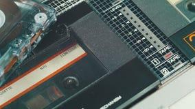 Jogando uma cassete áudio em um gravador vídeos de arquivo