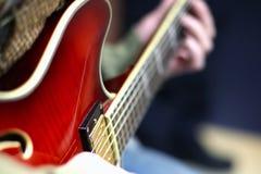 Jogando uma guitarra Fotos de Stock