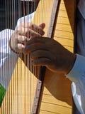 Jogando uma harpa Foto de Stock Royalty Free