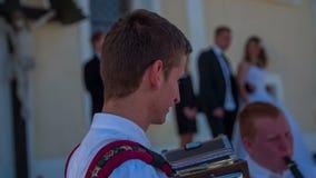 Jogando uma música ao vivo em um casamento vídeos de arquivo