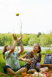 Jogando uma maçã Fotos de Stock Royalty Free