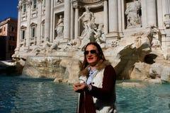 Jogando uma moeda na fonte famosa do Trevi em Roma, Itália fotografia de stock