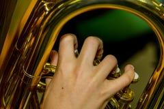Jogando uma tuba Fotografia de Stock