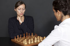 Jogando a xadrez Fotos de Stock