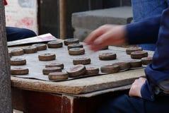 Jogando a xadrez imagens de stock