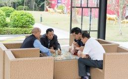 Jogando a xadrez chinesa Imagem de Stock