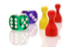 Jogar corta e as figuras de madeira isoladas no fundo branco Conceito dos jogos, do entretenimento e da sorte foto de stock royalty free