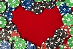 Jogar lasca-se para o pôquer em torno do fundo vermelho de feltro Fotografia de Stock Royalty Free