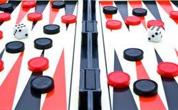 Jogar-tabela com as microplaquetas vermelhas, pretas Imagens de Stock