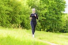 Jogga begrepp: Färdig kvinna för Caucasian som har hennes jogga utbildning Arkivfoto