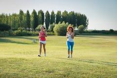 Jogga för två flickor Fotografering för Bildbyråer