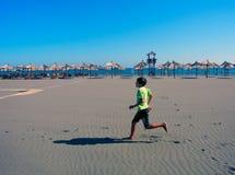 Jogga på Longet Beach av Ulcinj, Montenegro royaltyfri fotografi