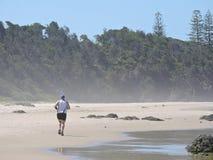 Jogga på stranden Arkivfoto