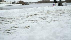 Jogga sportar männens konkurrens på snö lager videofilmer