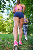 Jogga utarbeta för två kvinna - kondition som är utomhus- på parkera Royaltyfri Foto