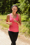 Jogga utomhus- spring för kvinna på solig dag arkivbild