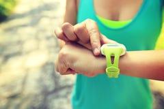 jogger έτοιμος να τρέξει το σύνολο και την εξέταση το αθλητικό έξυπνο ρολόι Στοκ εικόνα με δικαίωμα ελεύθερης χρήσης
