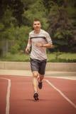 Jogger που τρέχει στην τρέχοντας διαδρομή Στοκ Εικόνες