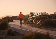 Jogger στο πορτοκαλί πουλόβερ Στοκ Εικόνα