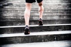 Jogger бежать на лестницах, тренировка спорт Стоковое Фото