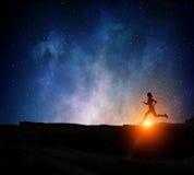 Jogger бежать на ноче Мультимедиа Мультимедиа стоковая фотография rf