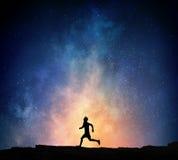 Jogger бежать на ноче Мультимедиа Стоковая Фотография