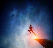 Jogger бежать на ноче Мультимедиа стоковое изображение rf