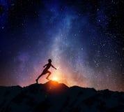Jogger бежать на ноче Мультимедиа стоковое изображение