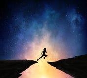 Jogger бежать на ноче Мультимедиа стоковые изображения rf