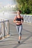 Jogger молодой женщины бежать на мосте Стоковая Фотография