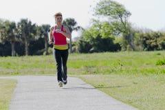 jogger пригодности брюнет стоковая фотография
