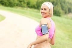 Jogger с smartphone в парке Стоковая Фотография RF