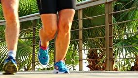 Jogger фитнеса бежать на разминке тропического фитнеса парка jogging сток-видео