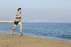 Jogger bieg na plaży blisko wody Fotografia Royalty Free