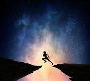 Jogger bieg przy nocą Mieszani środki fotografia stock