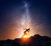 Jogger bieg przy nocą Mieszani środki obraz royalty free