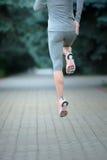 Jogger bieg w miasto parku Tylni widoku sporta kobiety bieg fotografia royalty free