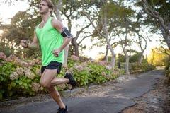 Jogger jogging на тропе в парке Стоковая Фотография