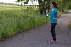 Jogger kobieta outdoors z butelką wter w ona ręki obraz royalty free