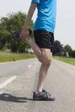 Jogger mężczyzna rozciąga jego iść na piechotę zdjęcia stock